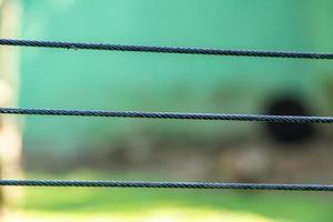 três fios de cabo de aço com fundo verde foto