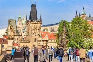praga, república checa, 14 de abril de 2016 - ponte charles e torre velha da cidade no céu azul, praga foto