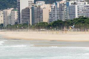 praia de copacabana vazia durante a quarentena de pandemia de coronavírus foto