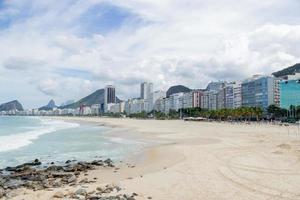 praia de copacabana vazia durante a pandemia de coronavírus foto
