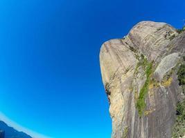 pedra gavea no rio de janeiro com um lindo céu azul. foto
