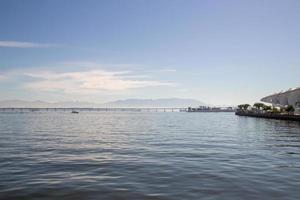 baía de guanabara com ponte do rio niteroi foto