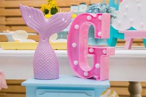 decoração de festa de cauda de sereia com uma letra g na lateral foto