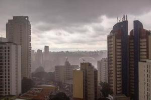 chuva forte no centro de são paulo, brasil foto