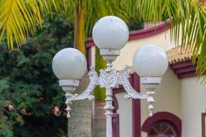 lustre antigo em frente a uma casa antiga no brasil foto