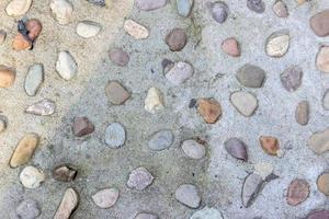 pedras apedrejadas em uma parede cinza foto