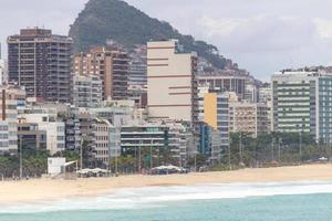 praia de Leblon com areia vazia durante a pandemia de coronavírus no rio de janeiro, brasil foto