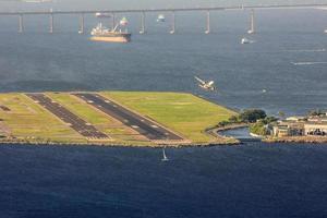aeroporto santos dumont visto do topo do morro da urca no rio de janeiro, brasil foto