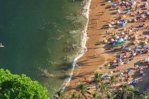 praia vermelha vista do topo do morro da urca no rio de janeiro, brasil foto