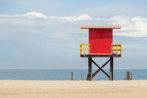 posto de salva-vidas vermelho na praia de copacabana no rio de janeiro, brasil foto