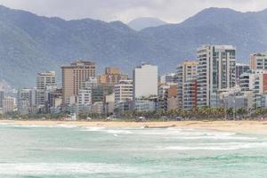 praia vazia de ipanema durante a pandemia de coronavírus no rio de janeiro, brasil foto