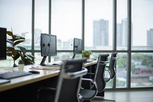 vista lateral de computadores e fone de ouvido na mesa do centro de treinamento do call center foto