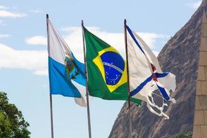 bandeiras do brasil, da cidade e do estado do rio de janeiro foto