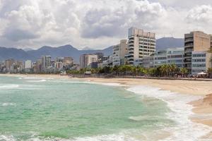 praia do arpoador vazia durante a pandemia de coronavírus no rio de janeiro, brasil foto