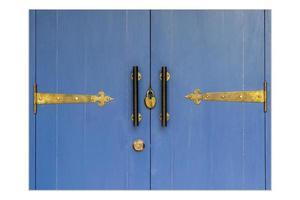 close up uma chave vintage trancada em janelas de madeira de cor azul. foto