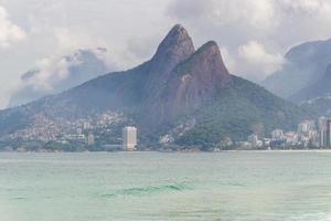 colina dos dois irmãos vista da praia no rio de janeiro, brasil foto