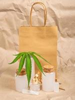 saco de papel e cosméticos feitos de maconha foto