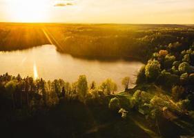 Lago geluva durante o pôr do sol no parque regional de kurtuvenai, no distrito de siauliai. turismo na lituânia e ecologia. foto