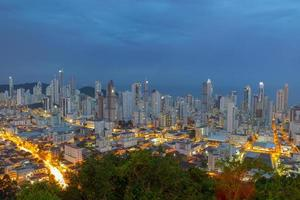visão noturna da cidade de balneário camboriú em santa catarina, brasil foto