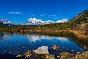 brilhante manhã de primavera e lagos vermelhão. parque nacional de banff, alberta, canadá foto