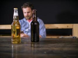 duas garrafas de cerveja estão em cima da mesa foto
