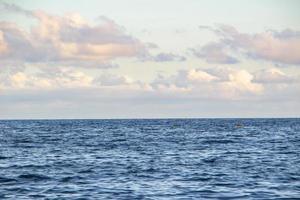 oceano azul da praia de copacabana com céu azul no rio de janeiro foto