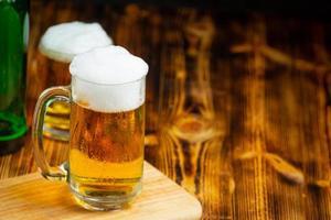 copos de cerveja colocados na mesa de madeira foto