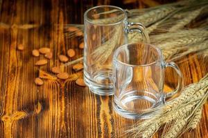 copos colocados na mesa de madeira foto