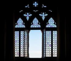 silhueta da janela medieval foto