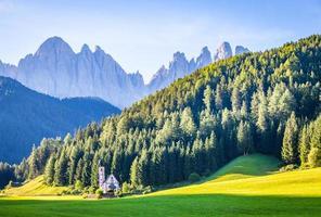 vista da igrejinha de st. john in ranui, dolomites mountain foto