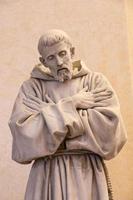 vila de Assis na região de umbria, itália. estátua de st. francis. foto