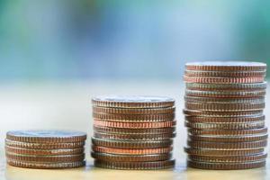 conceito economizar dinheiro com pilha de moedas para crescer foto