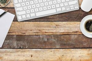 mesa de trabalho em casa com dispositivo de comunicação foto