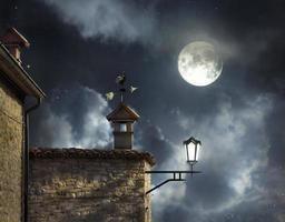 noite acima dos telhados foto