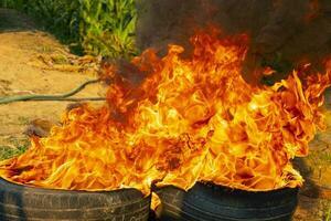 chama de fogo em fundo preto foto