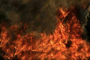 em chamas de fogo foto