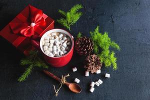 xícara de chocolate vermelho quente e caixa de presente no dia de natal foto