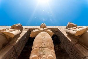 estátua antiga no corredor de pilares em luxor no Egito foto