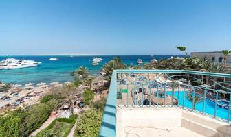 vista panorâmica do hotel com piscina e mar vermelho no egito foto
