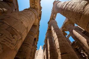 colunas antigas em um templo karnak em luxor foto
