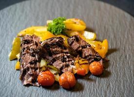 martelo de carne - uma panela assada da parte de baixo da perna de uma vaca com vegetais foto