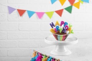 cupcakes de festa de aniversário com velas foto