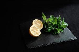 ingredientes para coquetel cítrico de verão mojito com limão e hortelã foto