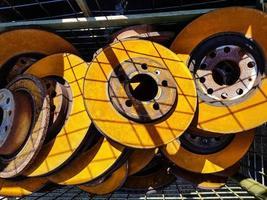velhos discos de freio de carro enferrujado no ferro-velho foto