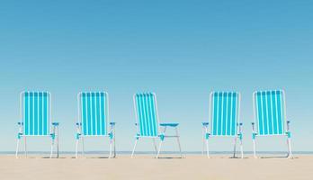 cadeiras na praia de areia perto do mar foto