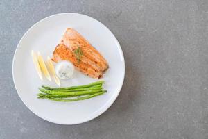 bife de salmão grelhado na mesa foto
