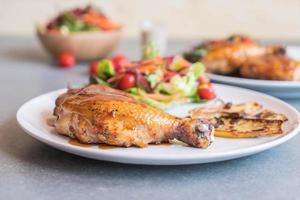 Bife de frango grelhado com molho teriyaki na mesa de jantar foto