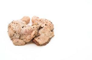 Coxa de frango marinado com molho, pimenta preta, alho e pimenta seca na tábua de madeira foto