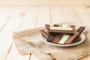 barras de chocolate no prato branco foto