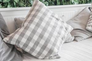 decoração de travesseiro no sofá na sala de estar foto